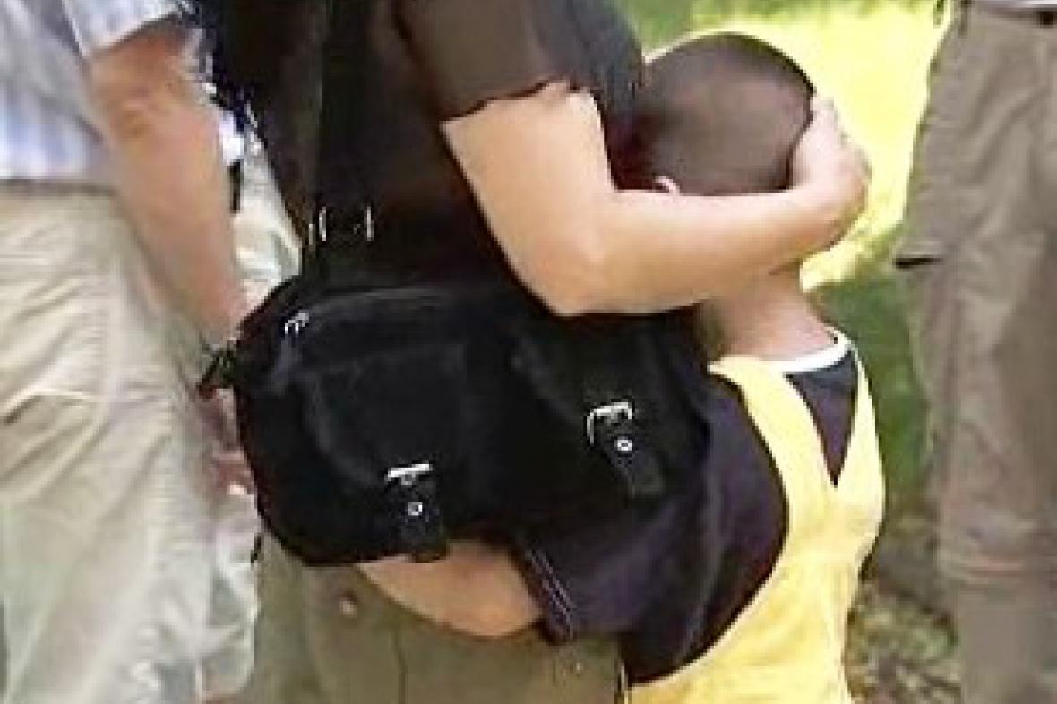Napadený chlapec s matkou