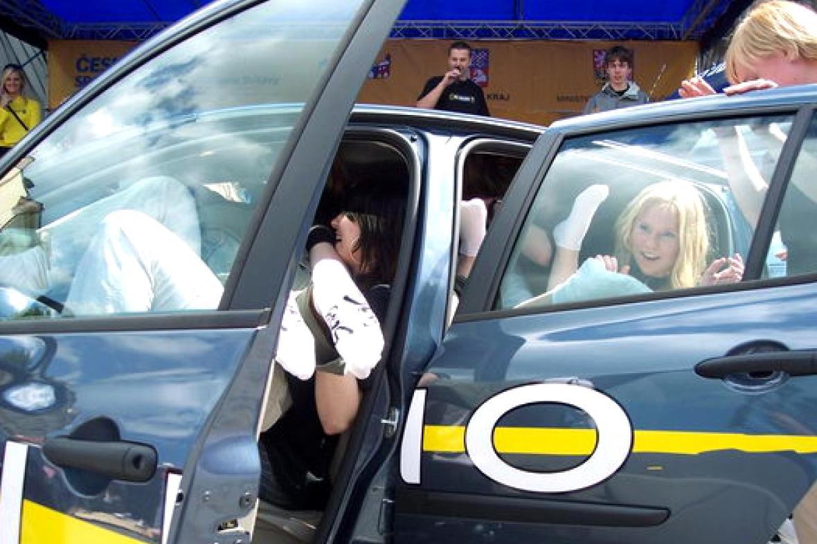 Pokus o největší počet lidí v autě