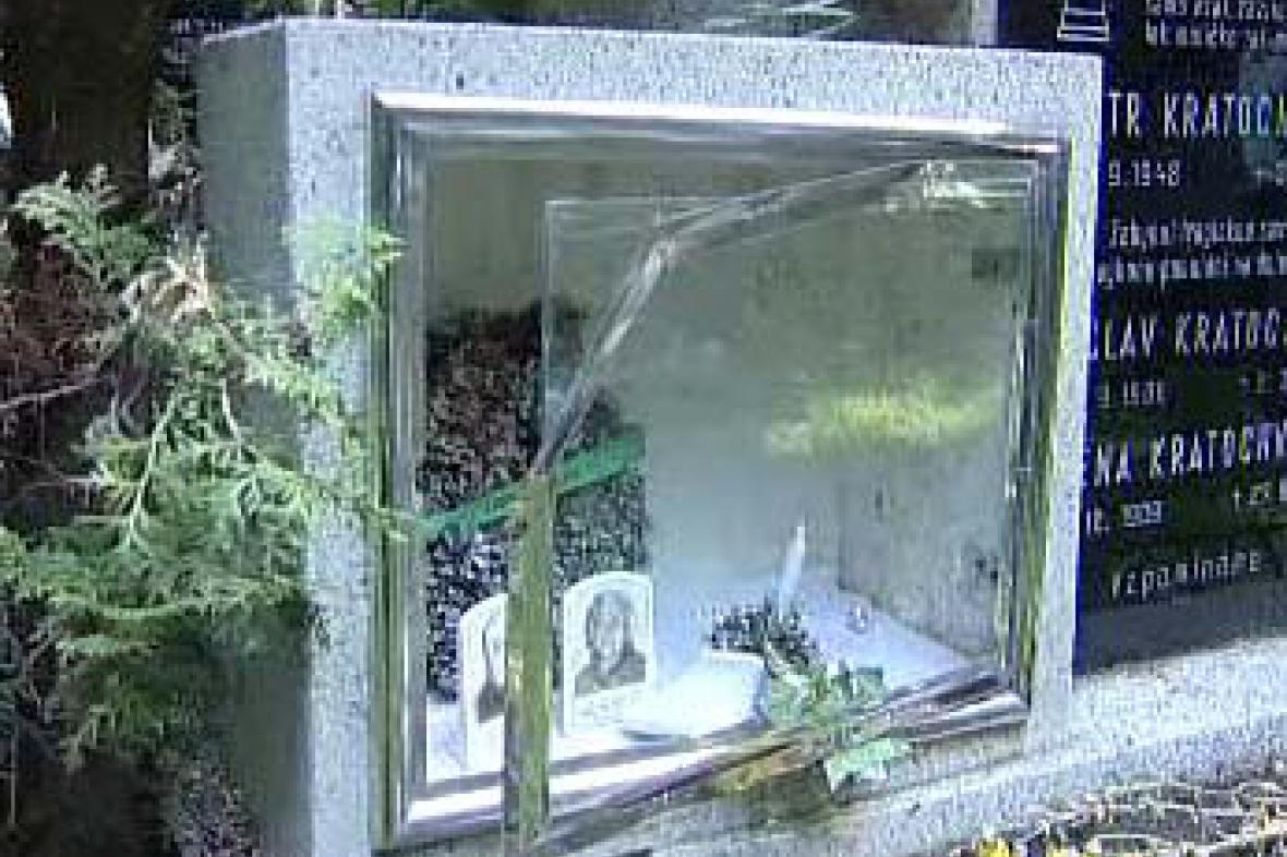 Poničený hrob