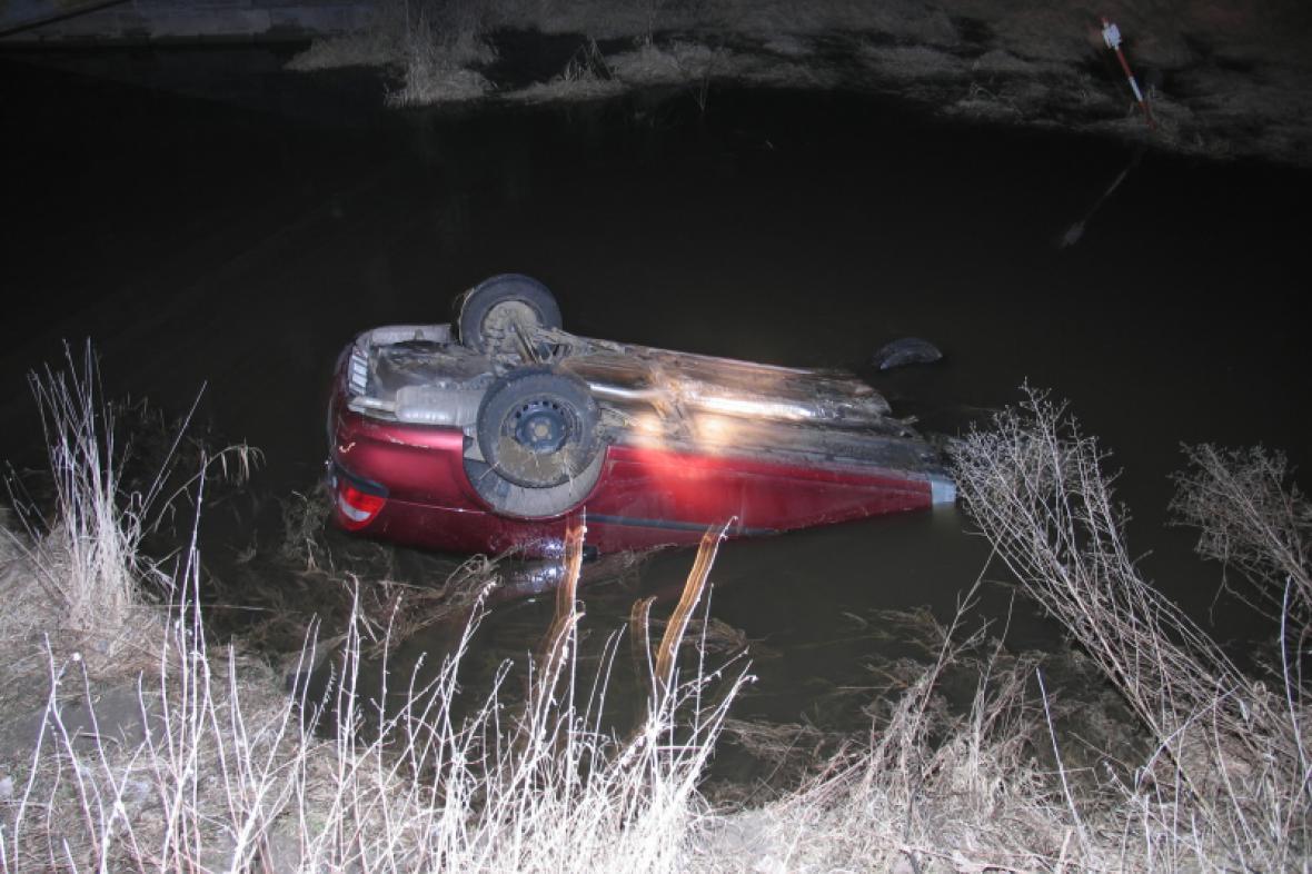 Převrácené auto v potoce