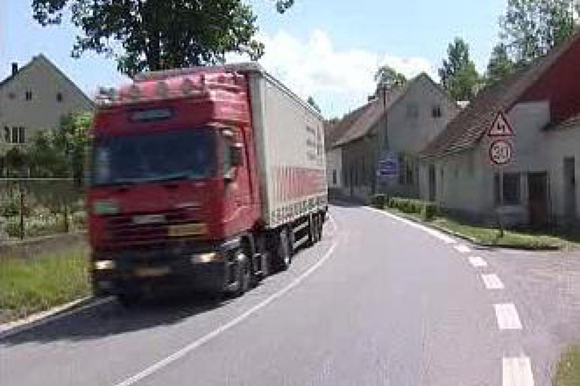 Kamion projíždějící Novou Olešnou