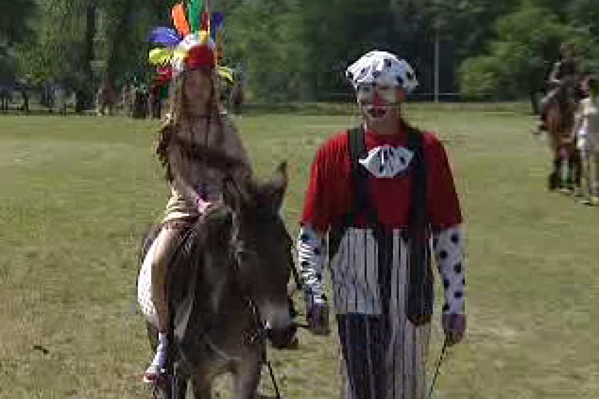 Dívka na koni s klaunem