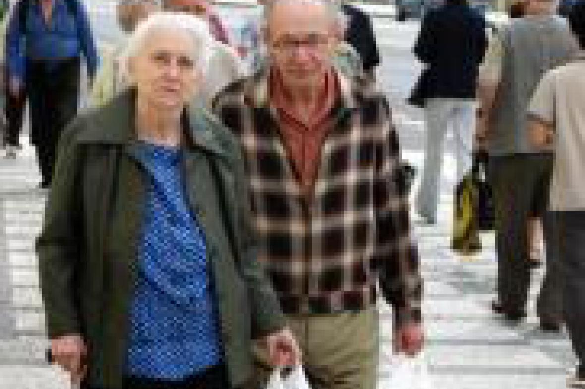 Důchodci na procházce