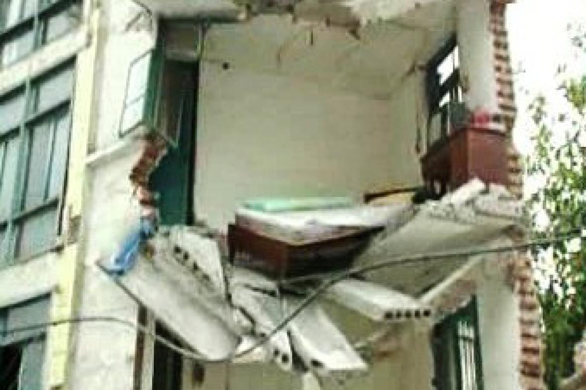 Rozbitý dům po zemětřesení