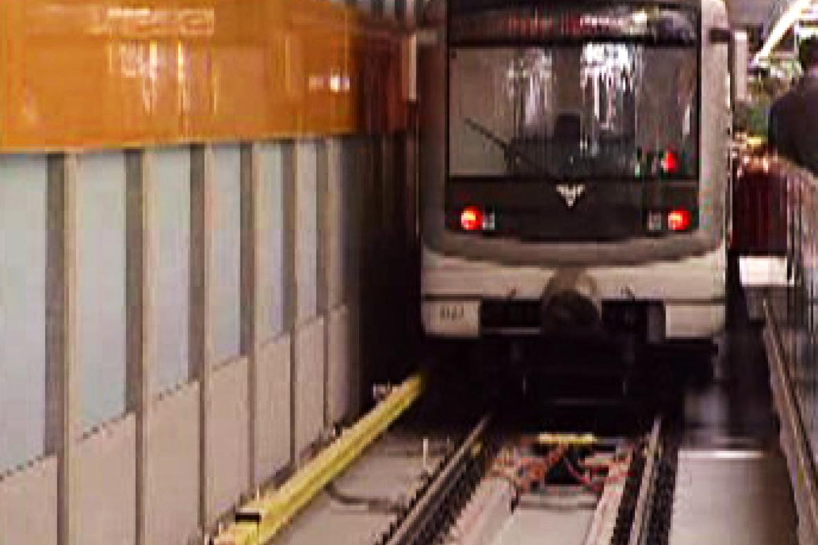 Metro vjíždí do stanice