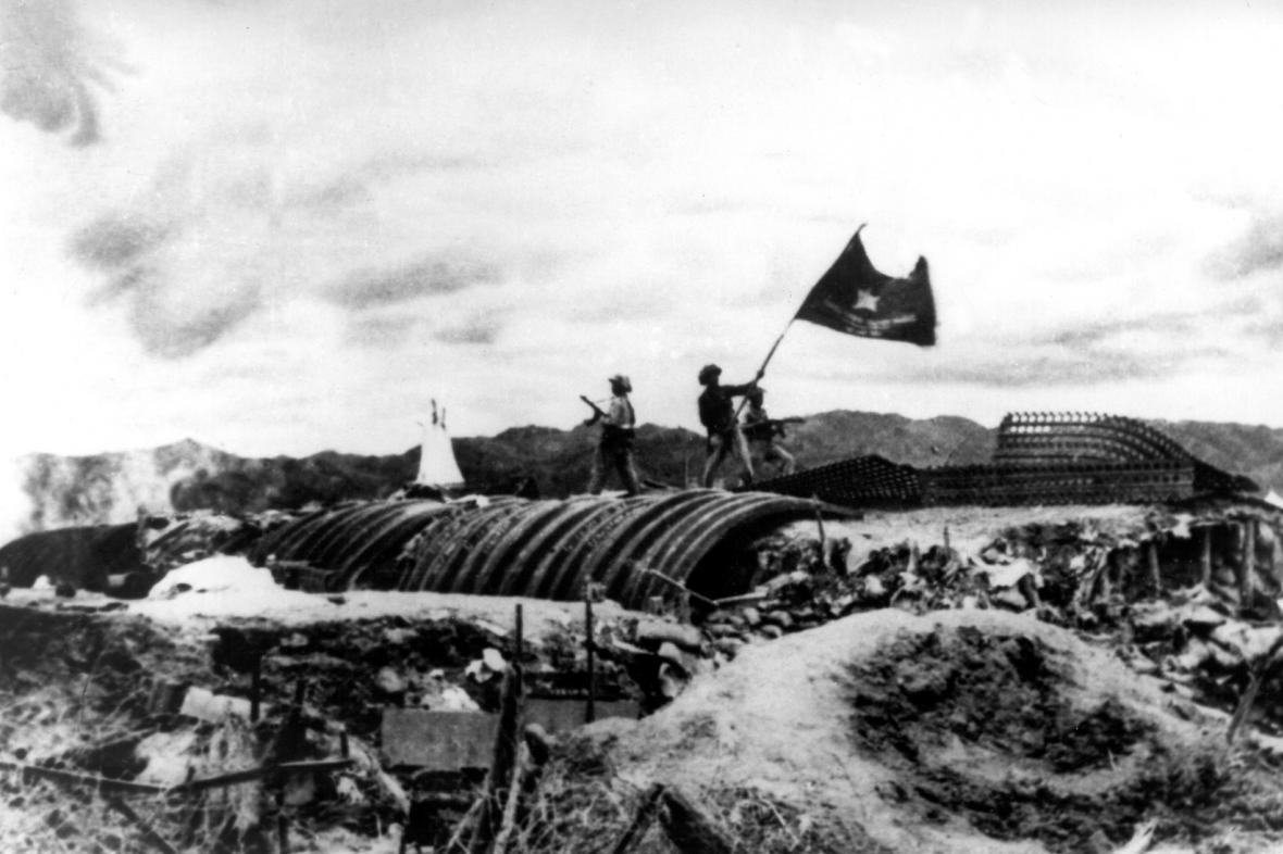 Vietnamci vítězí v bitvě u Dien Bien Phu