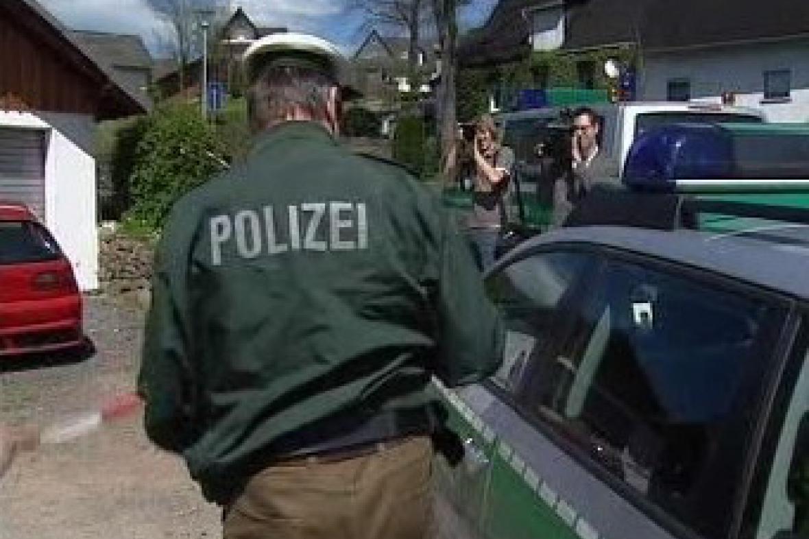 Německý policista vyšetřuje nález těl ve Weldenu