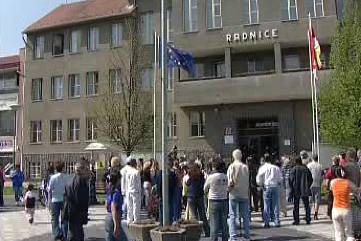 Demonstrace před litvínovskou radnicí