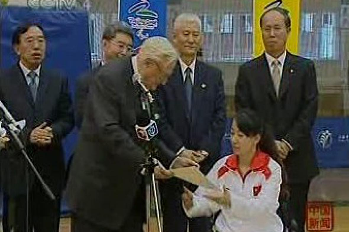 Předseda francouzského Senátu předává omluvný dopis čínské atletce
