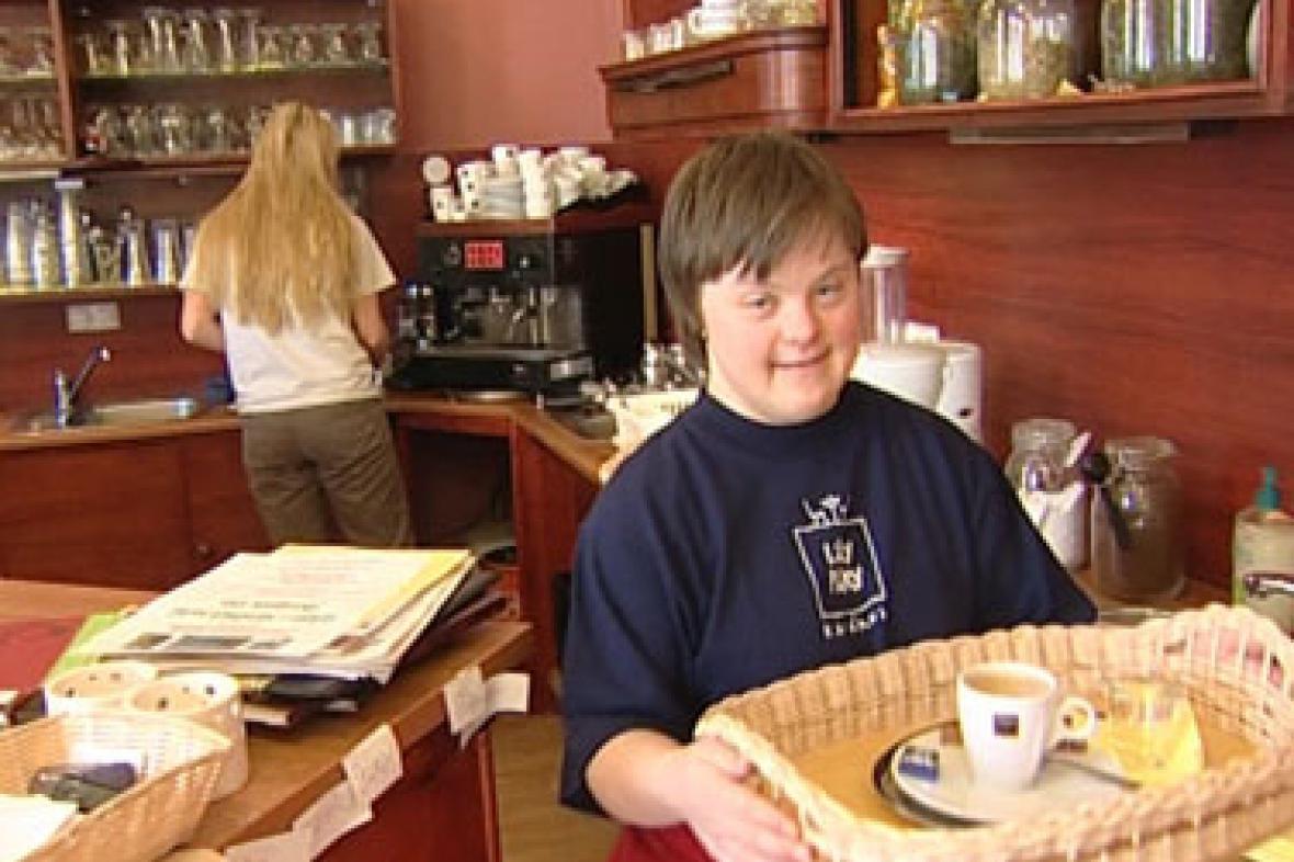 Mentálně postižená žena obsluhuje v nové kavárně v Rychnově nad Kněžnou