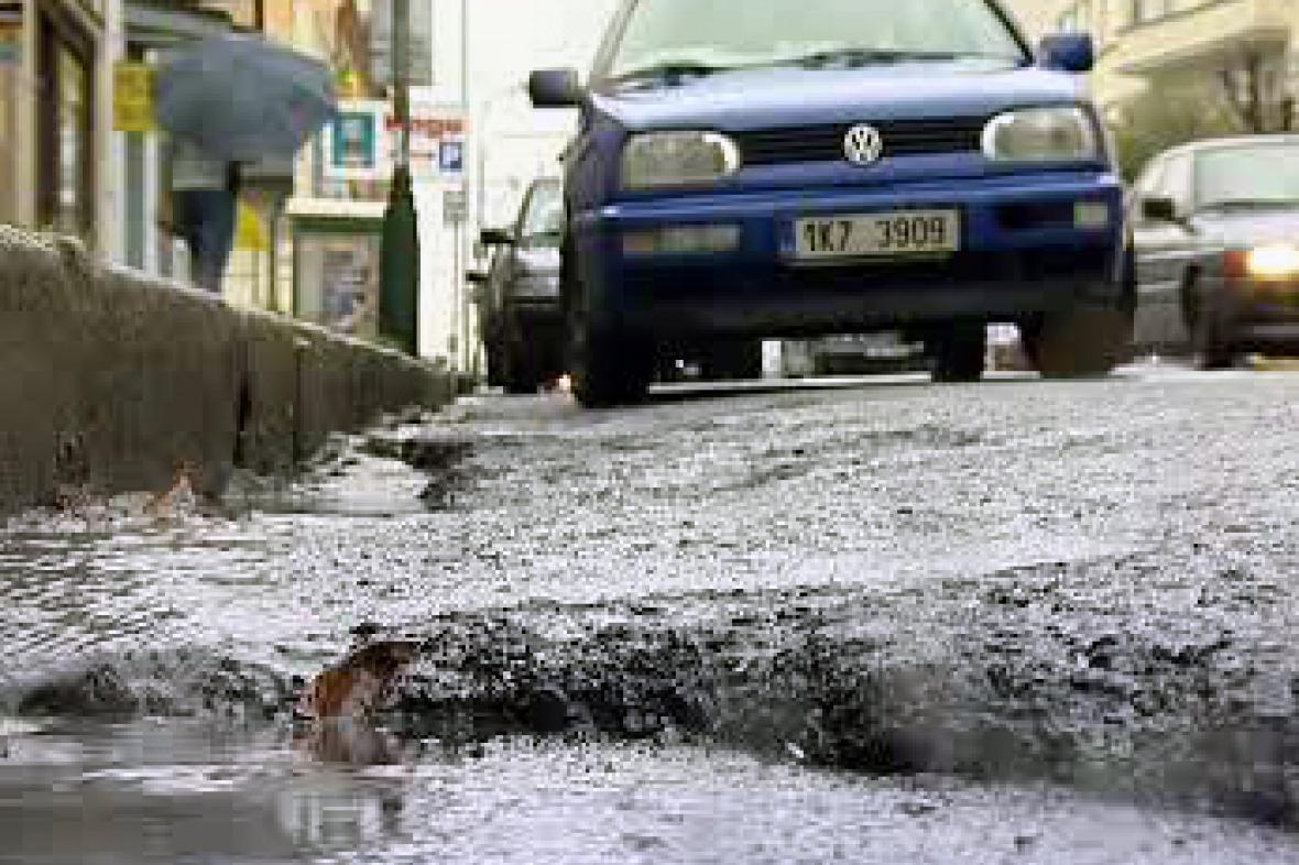 Rozbitá silnice v Karlových Varech