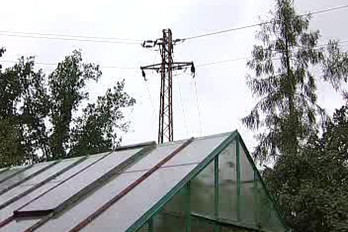 Elektrický stožár nad chatařskou kolonií