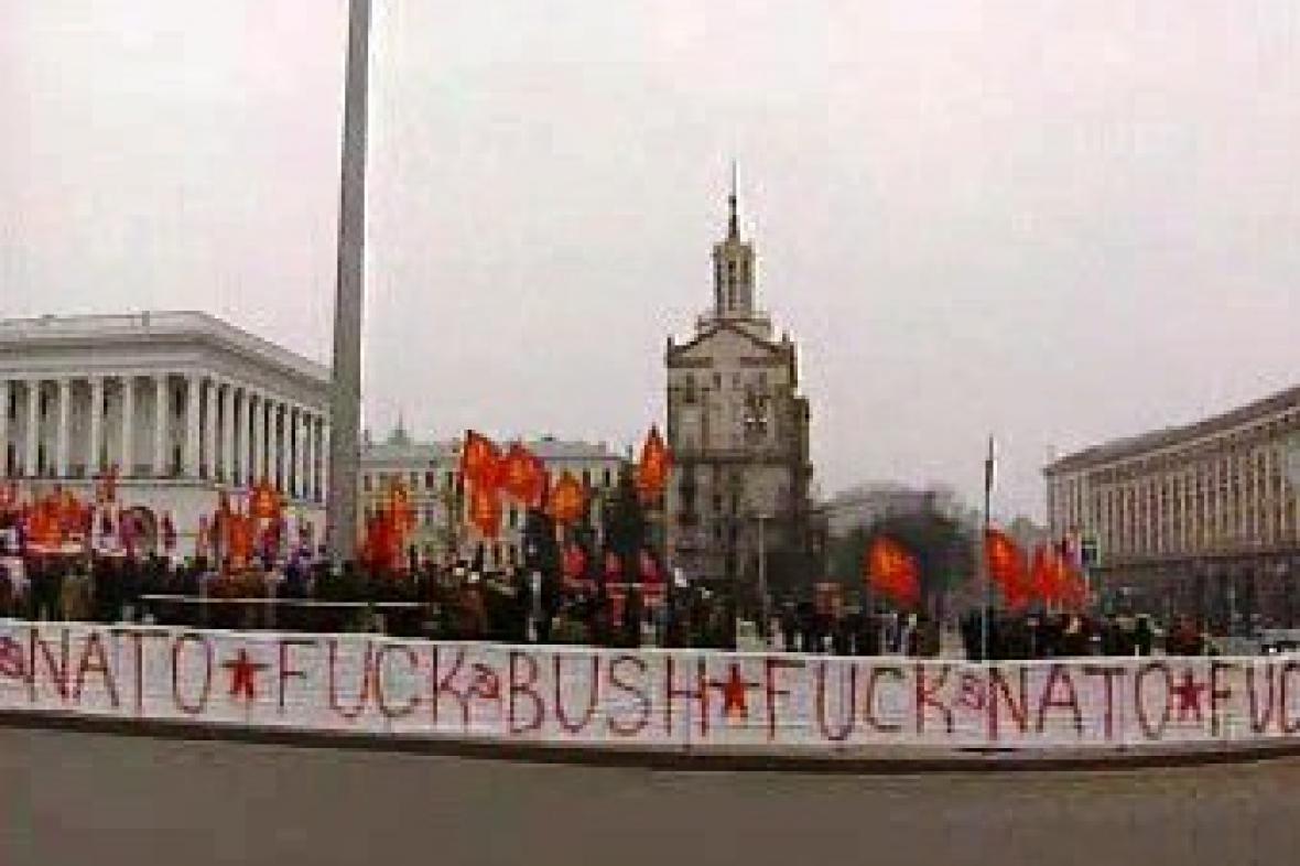 Demonstrace proti Bushovi a NATO