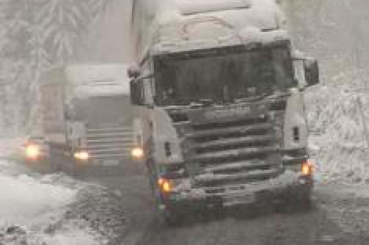 Kamiony na zasněžené silnici