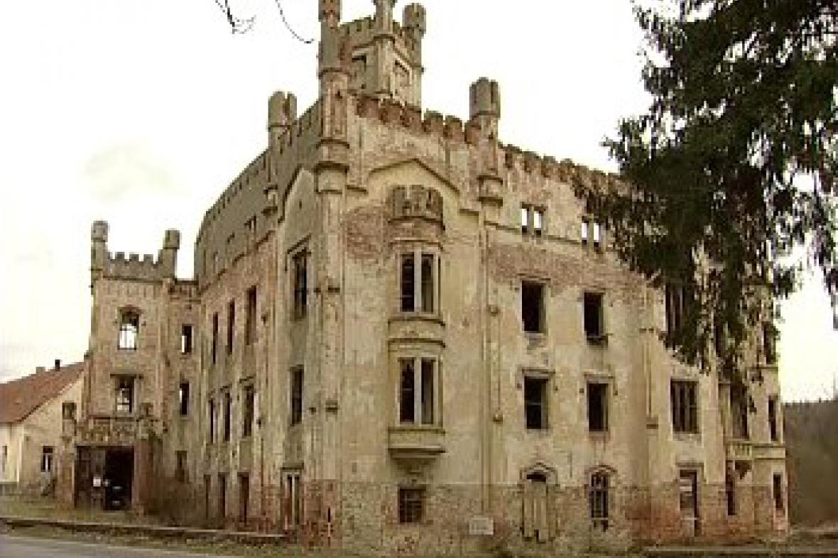 Chátrající zámek