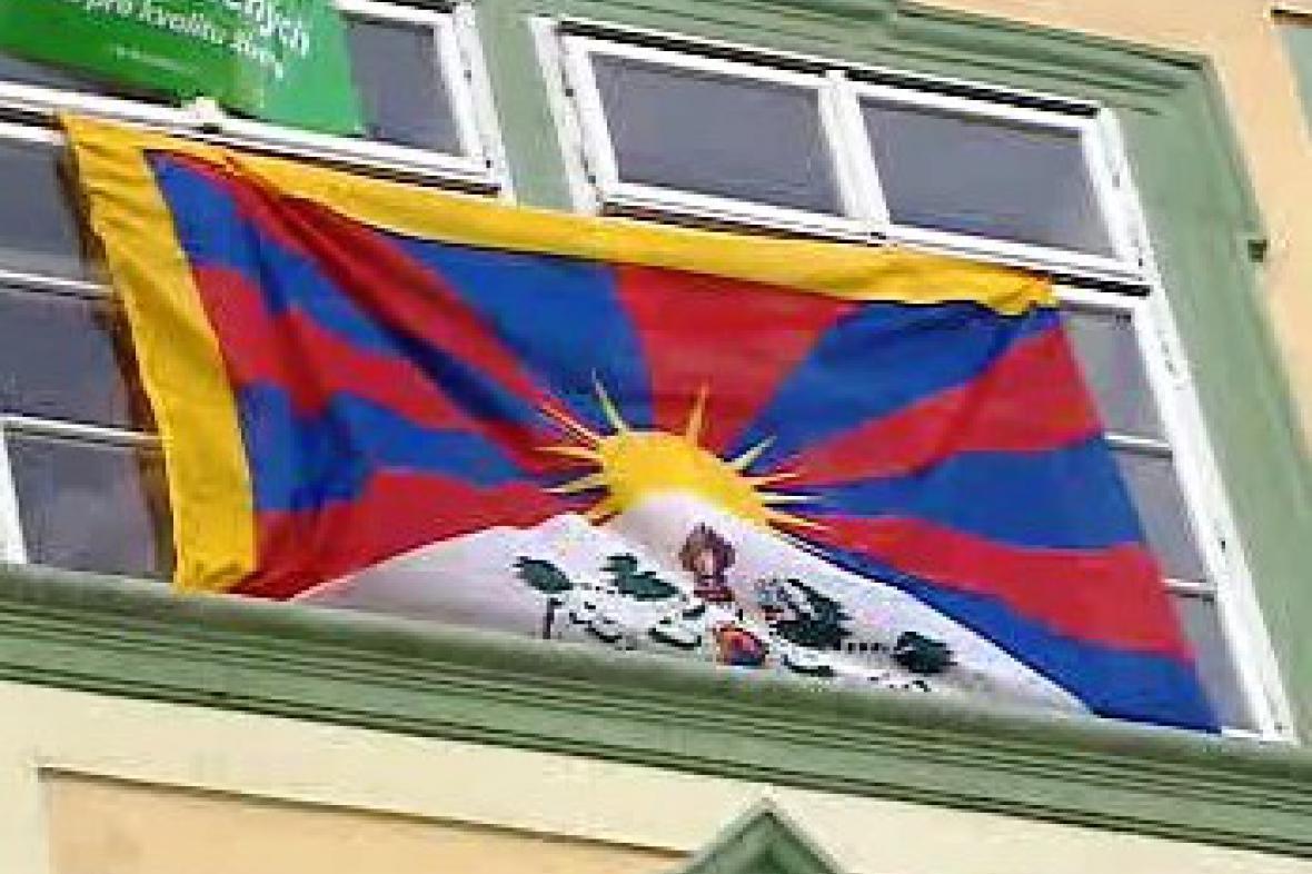 Tibetská vlajka na budově sněmovny