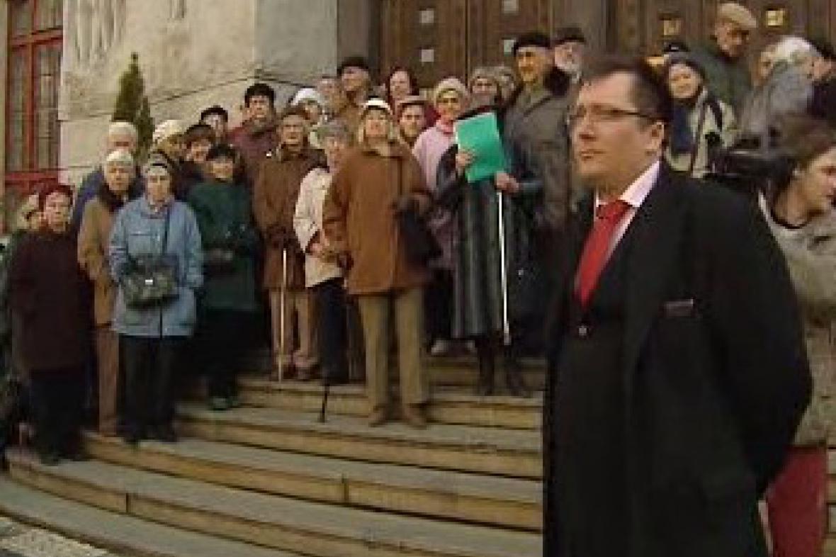Radní Jiří Janeček s demonstrujícími seniory