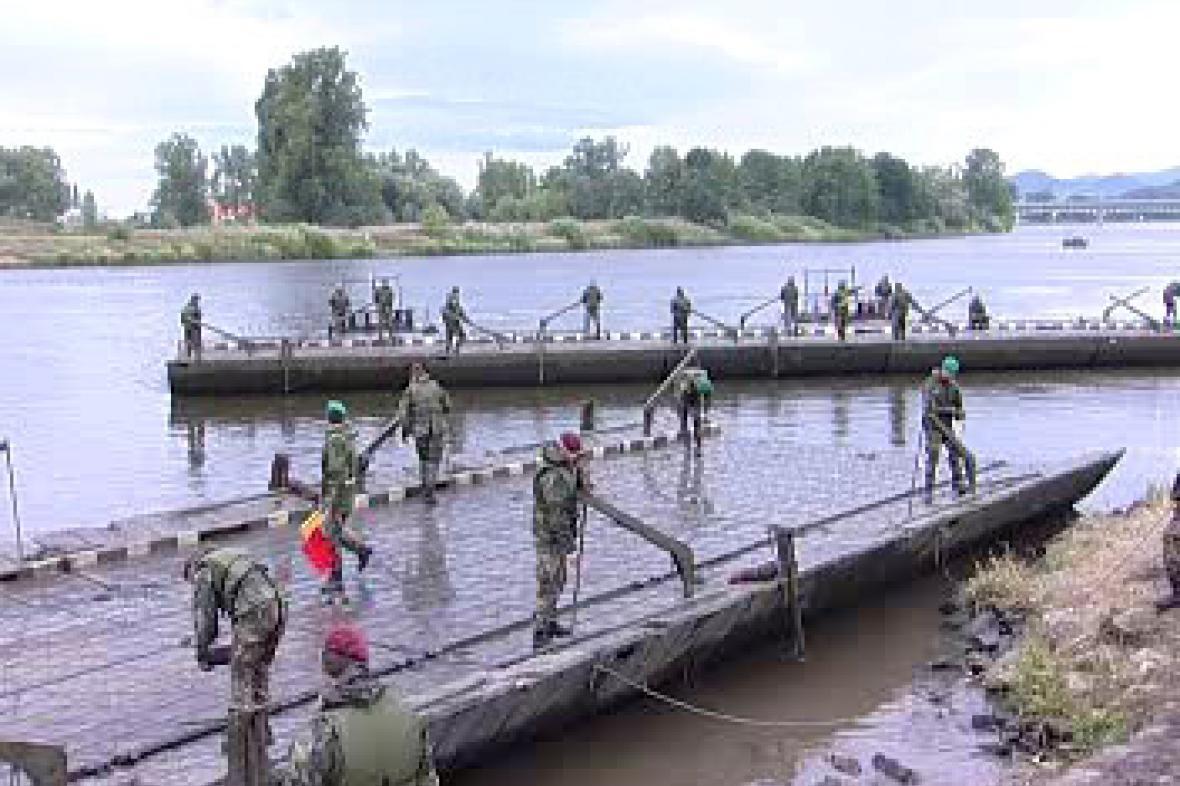 Stavba pontonového mostu