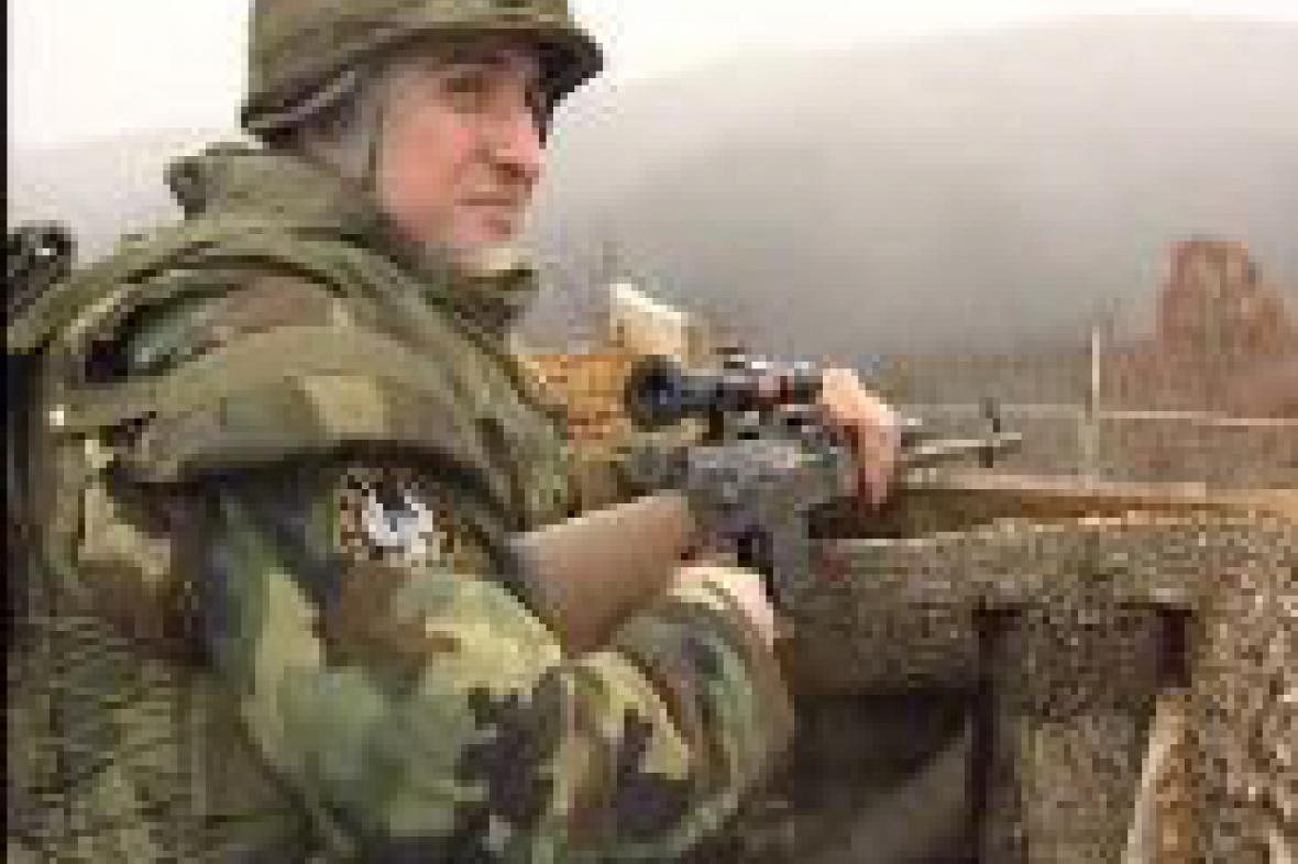 Srbský voják u kosovské hranice