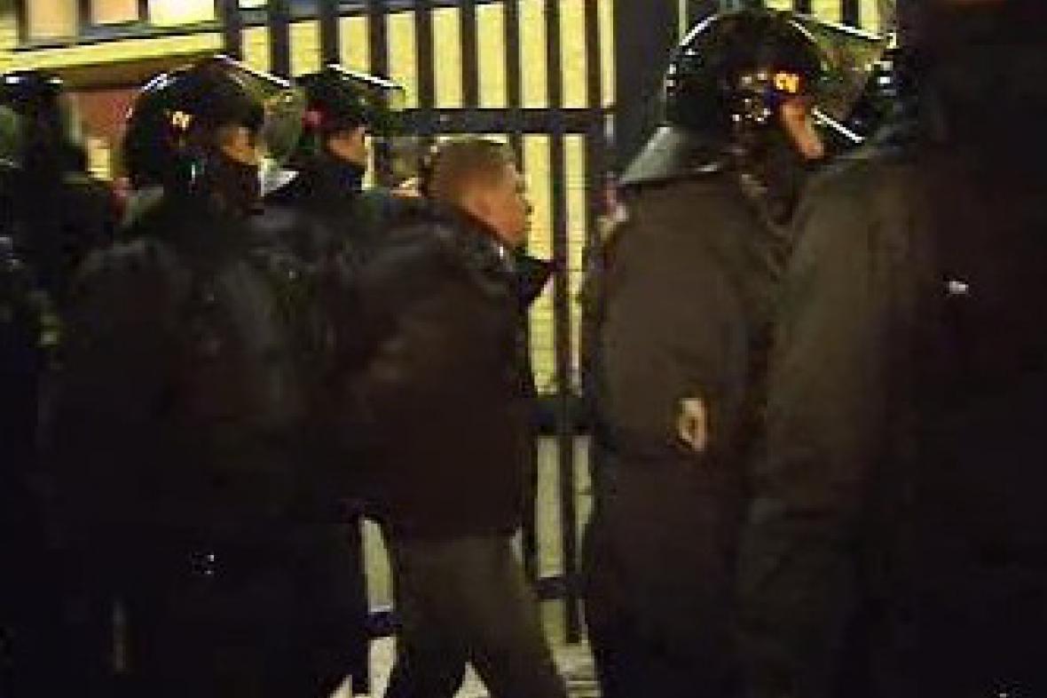Policisté vyvádějí fanouška