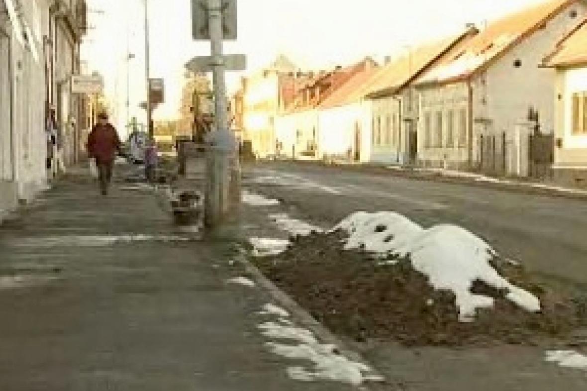 Rozkopaná silnice v Kostelci nad Černými lesy