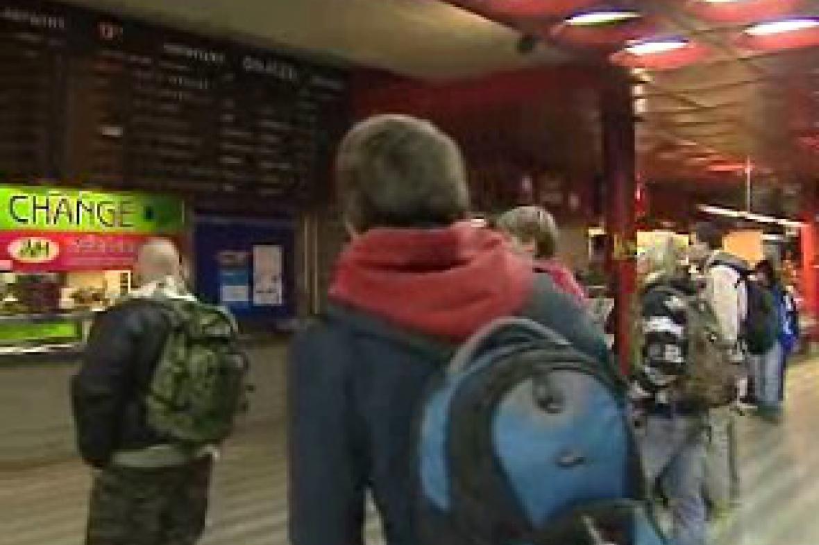 Cestující čekají na vlak