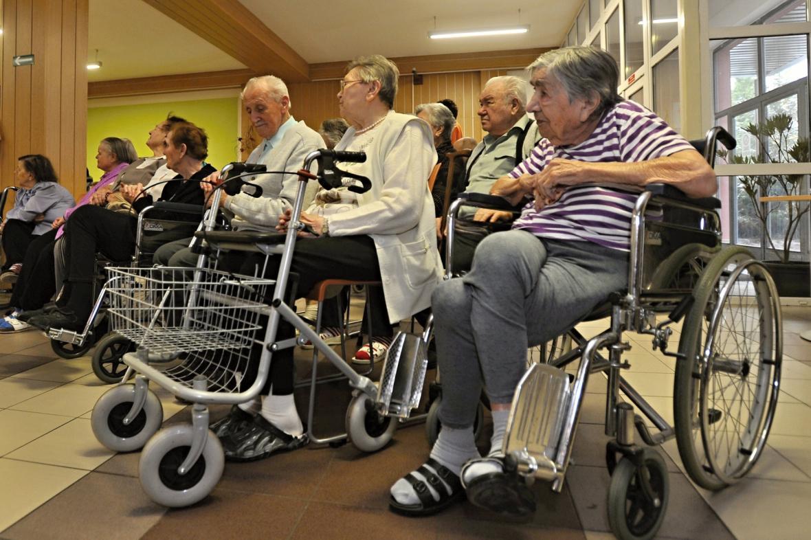 Obyvatelé domova důchodců v Mirošově v Plzeňském kraji