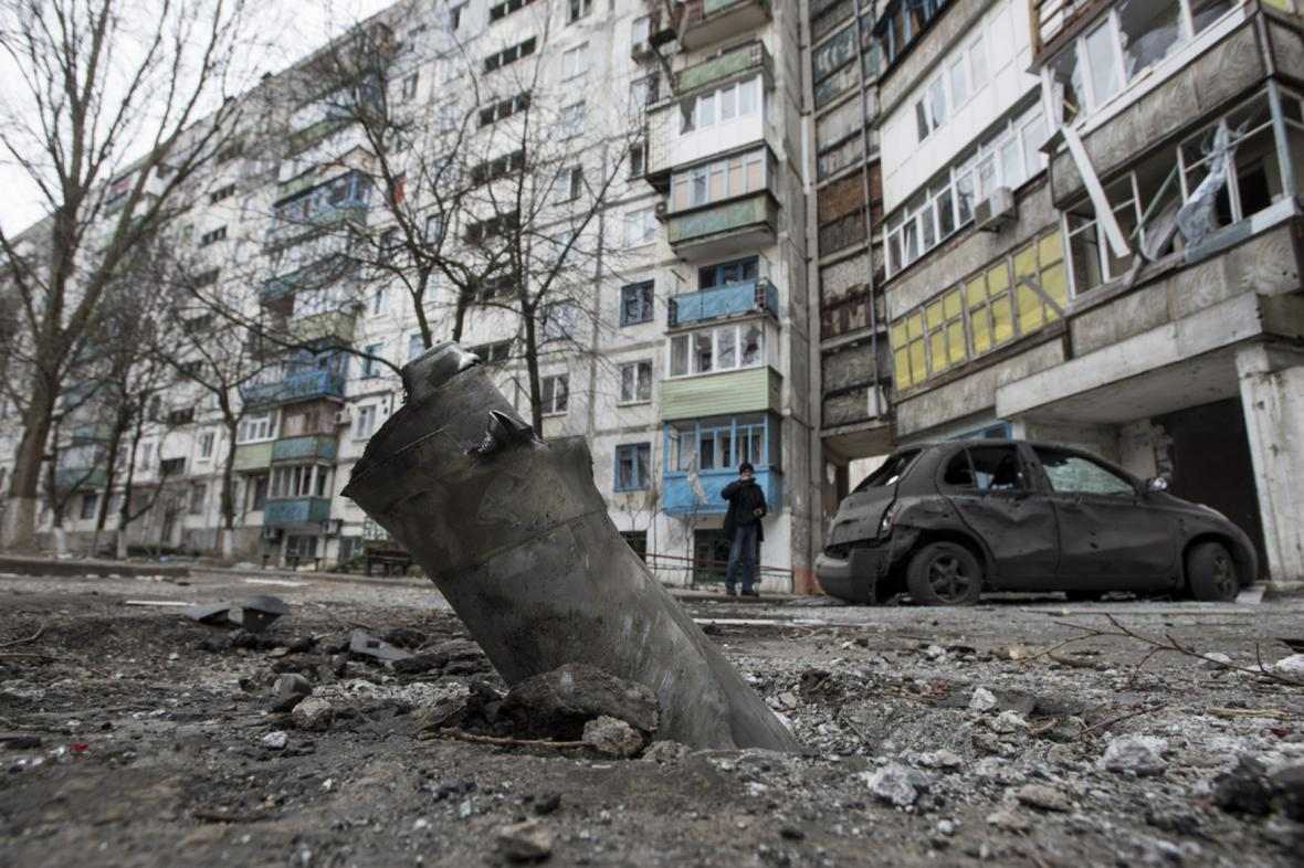 Zbytek střely Grad u sídliště v Mariupolu po sobotním ostřelování