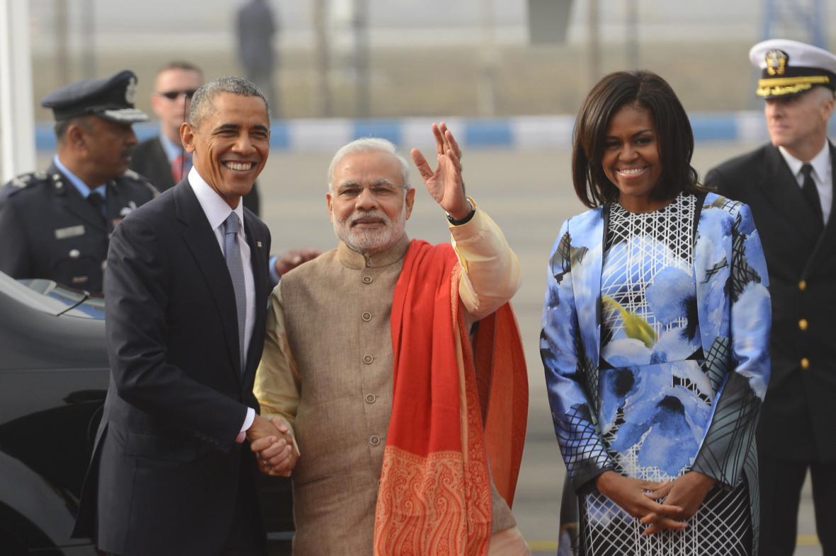 Indický premiér Naréndra Módí uvítal Baracka Obamu s jeho ženou hned po příletu
