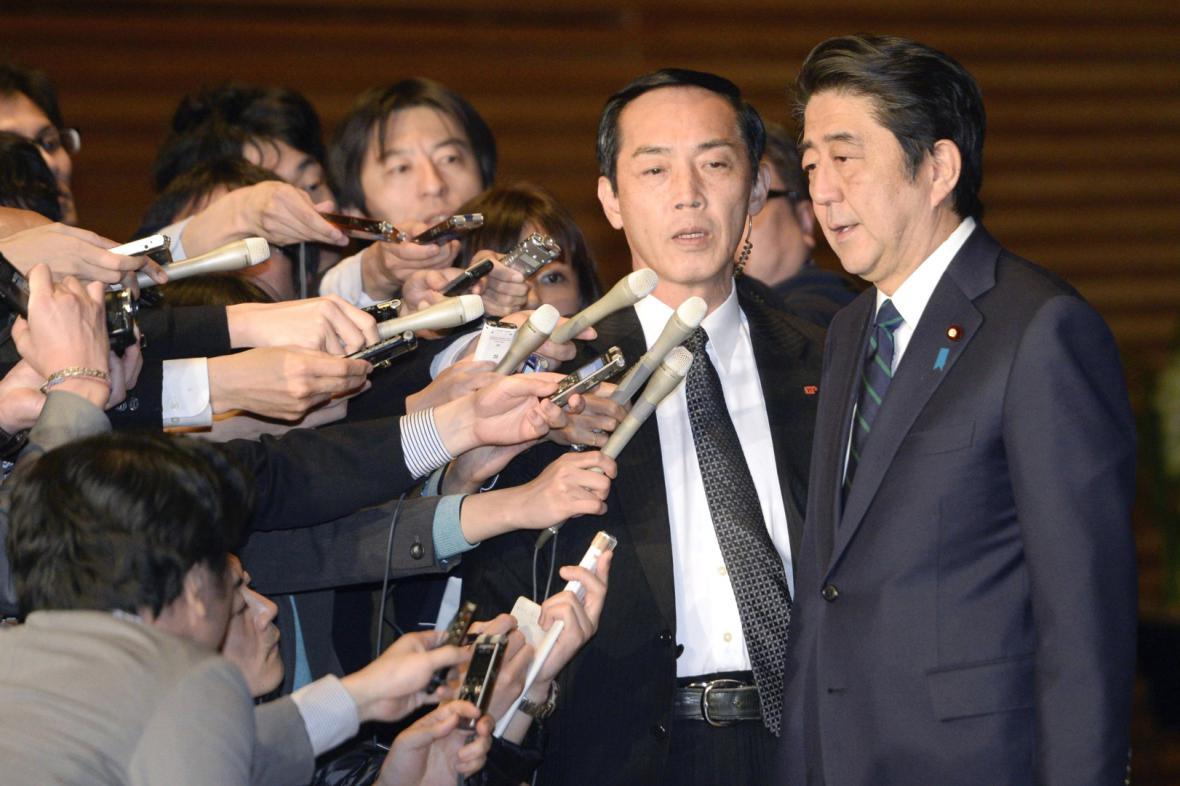 Japonský premiér Šinzó Abe mluví s novináři