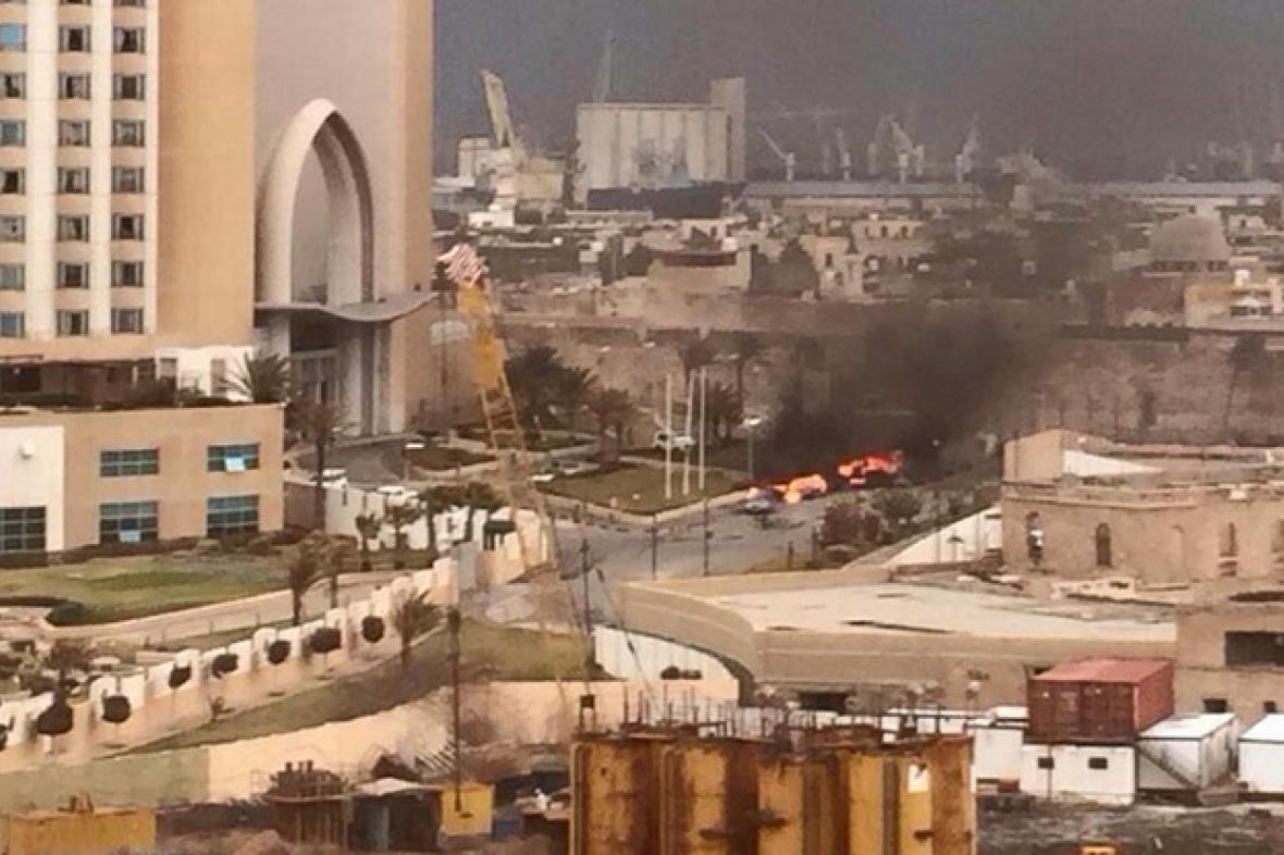 Ozbrojenci při útoku na tripolský hotel zabili tři lidi údajně osm lidí