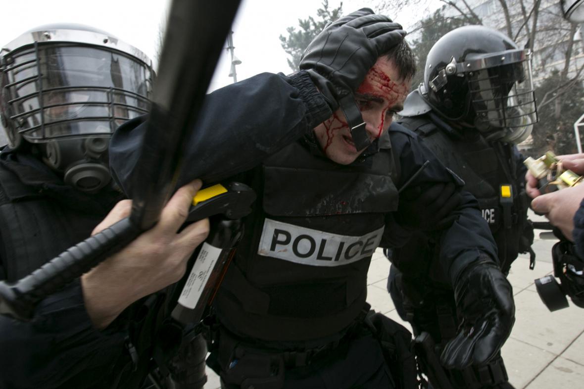 Zraněný policista po nepokojích v Prištině
