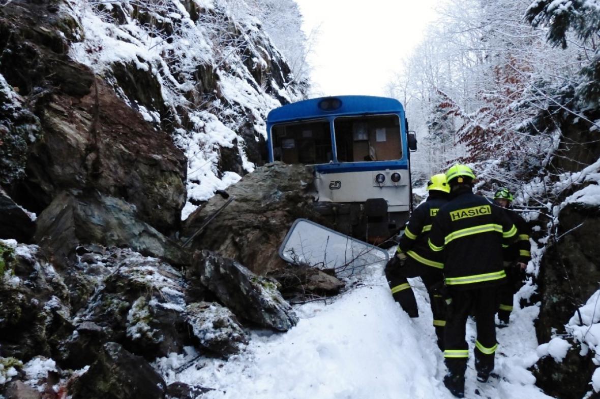 Skalní sesuv na trati způsobil vykolejení vlaku