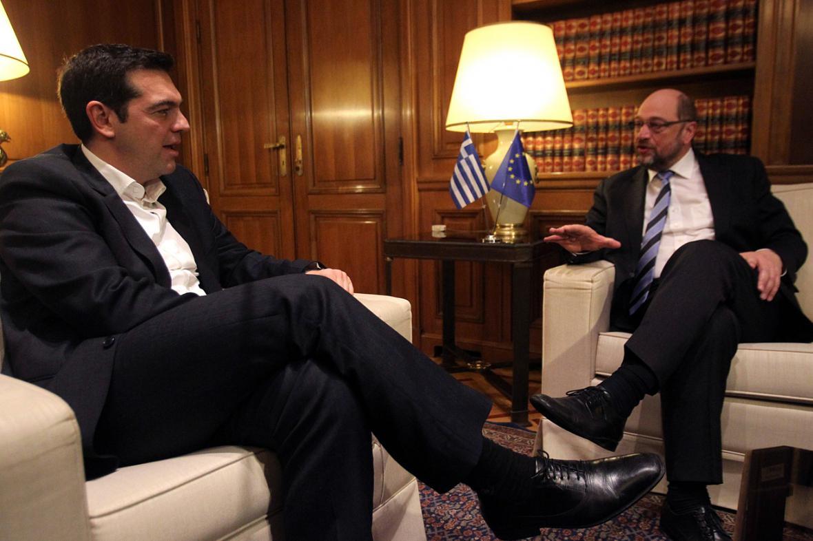 Řecký premiér Tsipras a šéf EP Schulz (vpravo)
