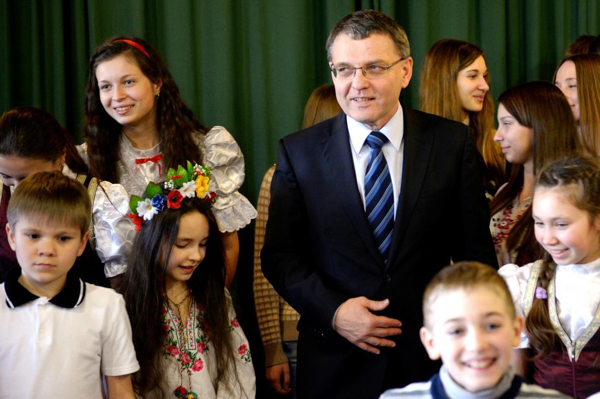 Lubomír Zaorálek s dětmi z Ukrajiny