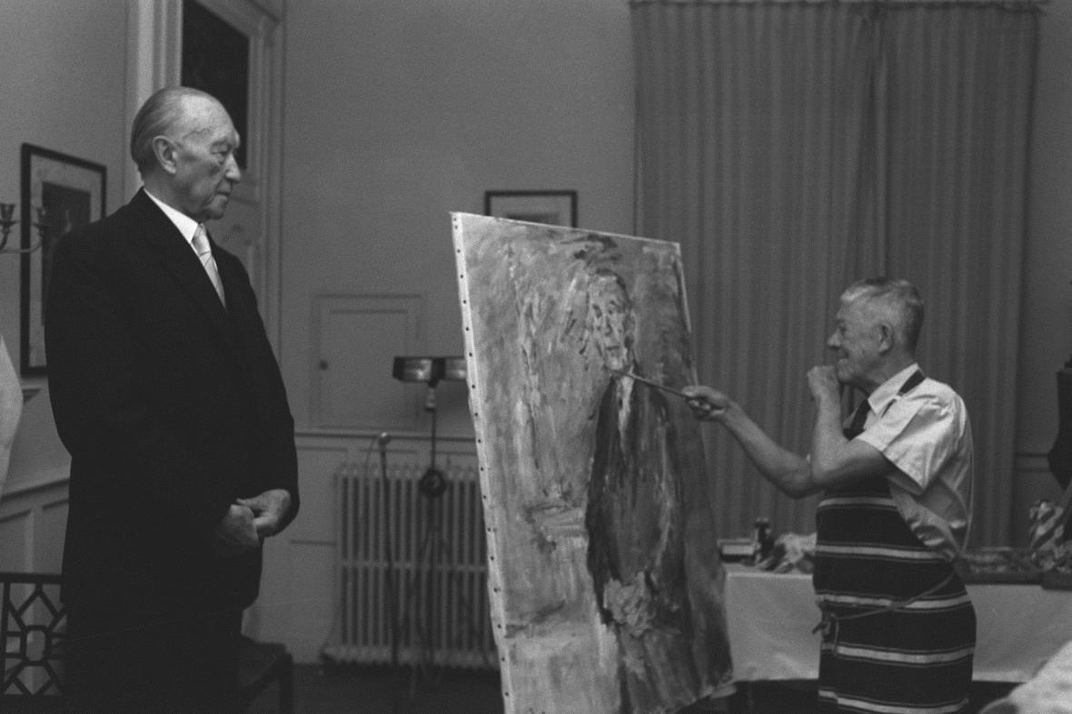 Oskar Kokoschka při malování portrétu Konrada Adenauera