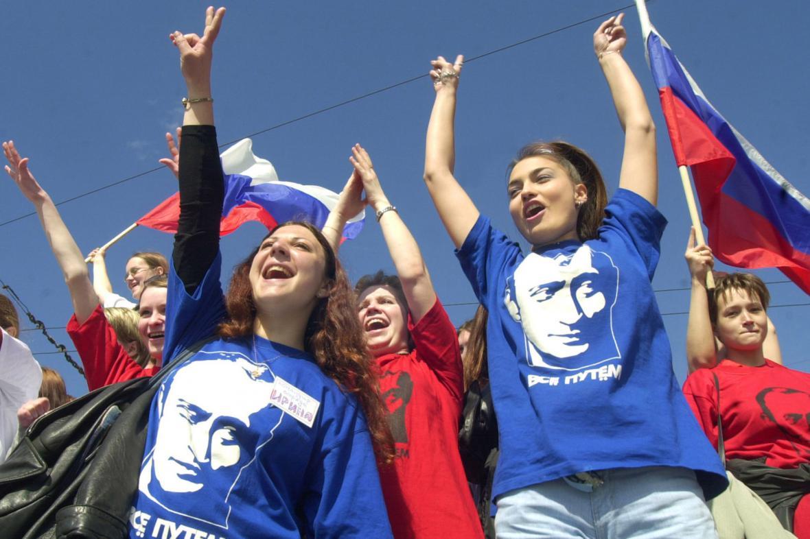 Ruská mládež oslavuje výročí Vladimira Putina jako prezidenta