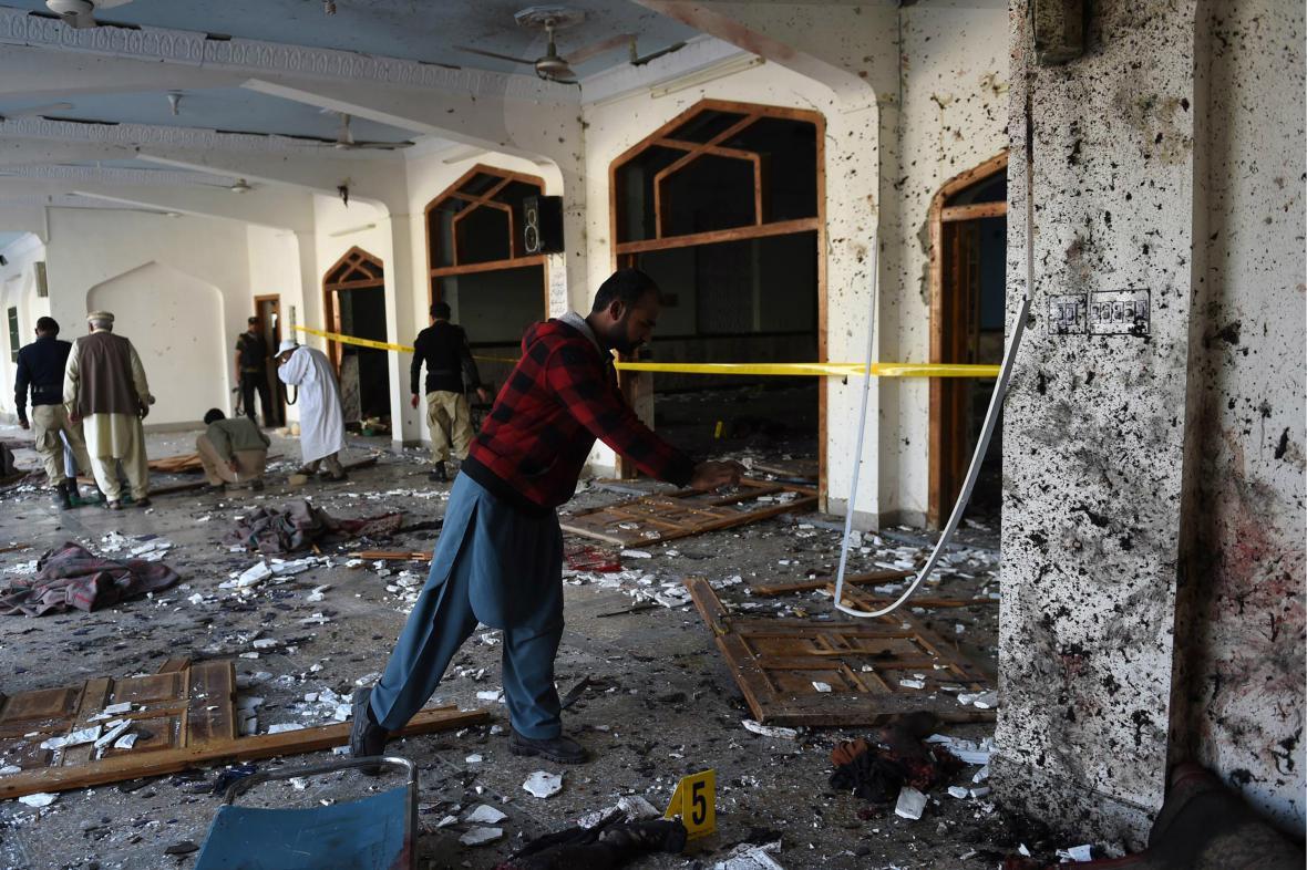 Následky útoku na mešitu v Péšávaru