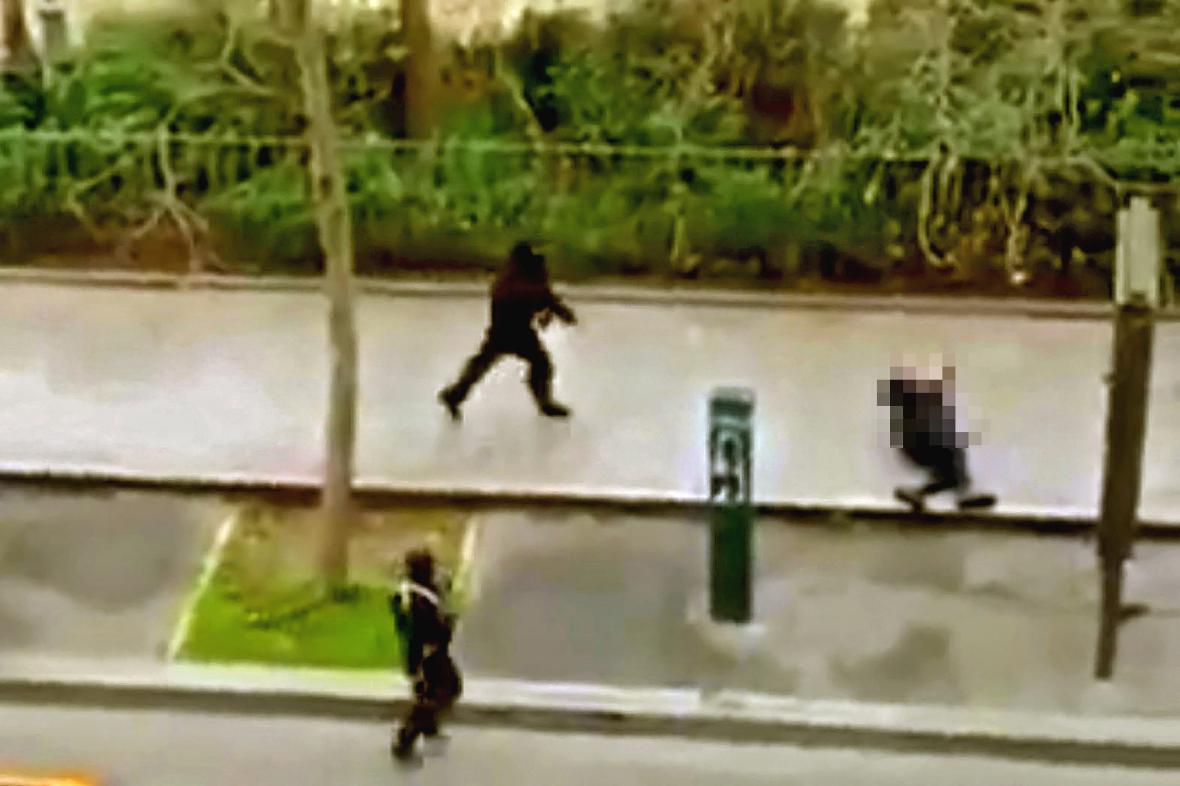 Atentátníci zabili policistu před redakcí časopisu Charlie Hebdo