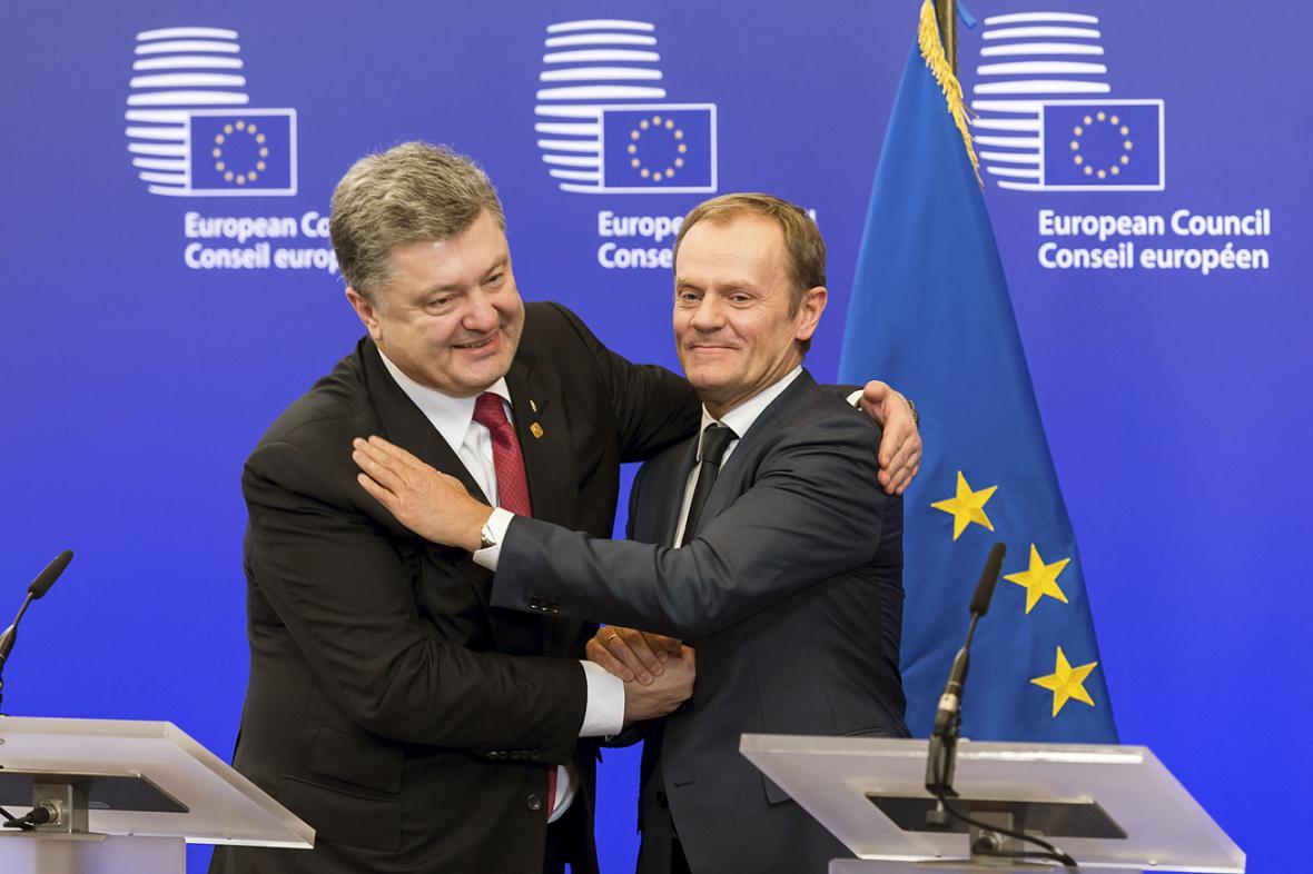 Petro Porošenko a Donald Tusk během summitu v Bruselu