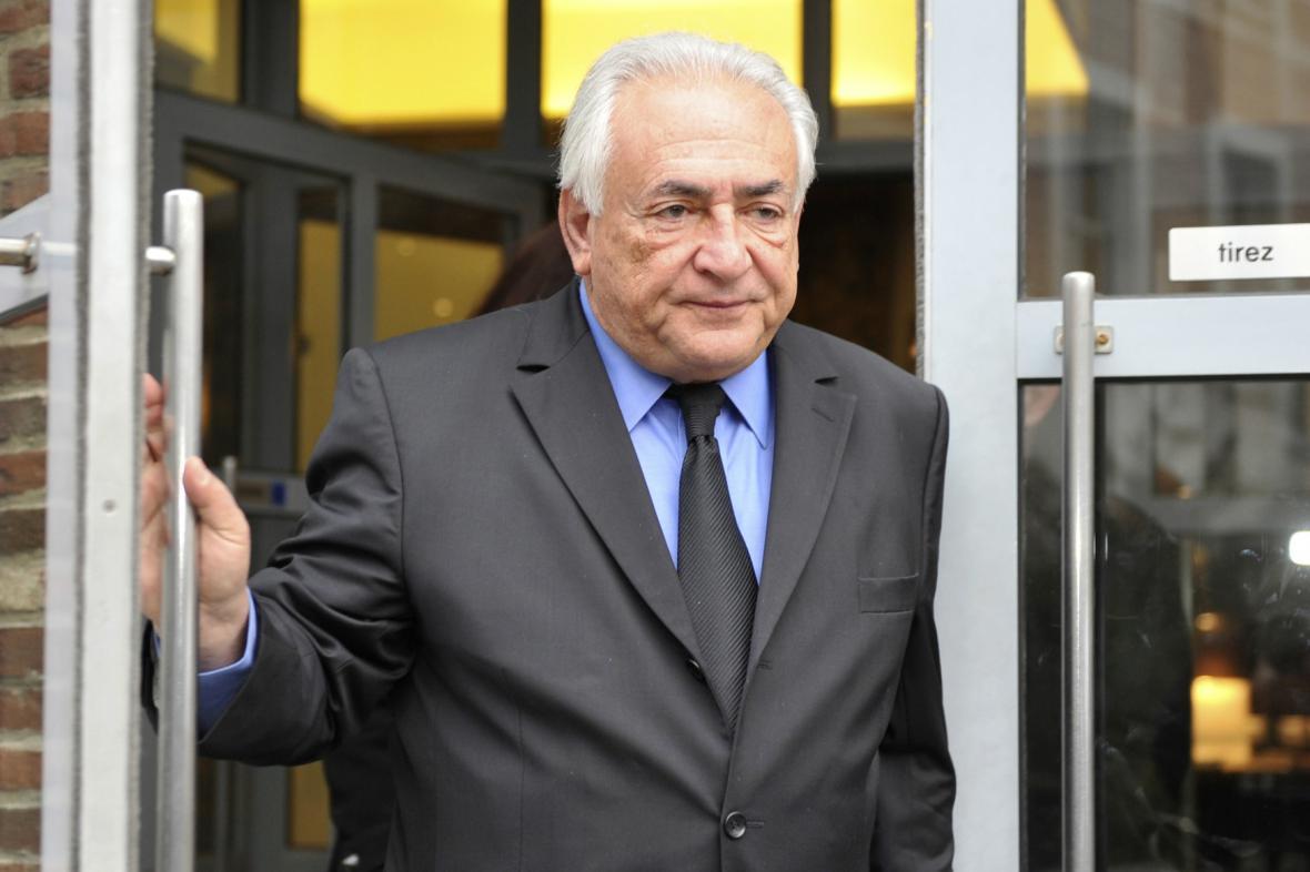 Strauss-Kahn odchází ze svého hotelu v Lille