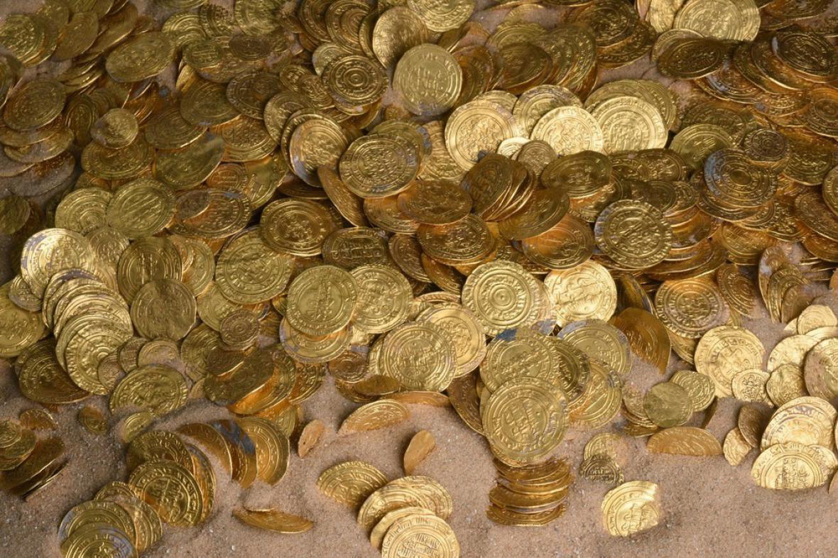 Potápěči vylovili mince staré tisíc let