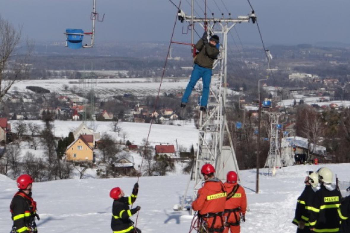 Hasiči pomáhají lidem uvízlým na lanovce na Javorový vrch