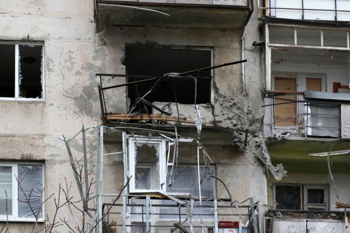 Poničený dům v Mariupolu