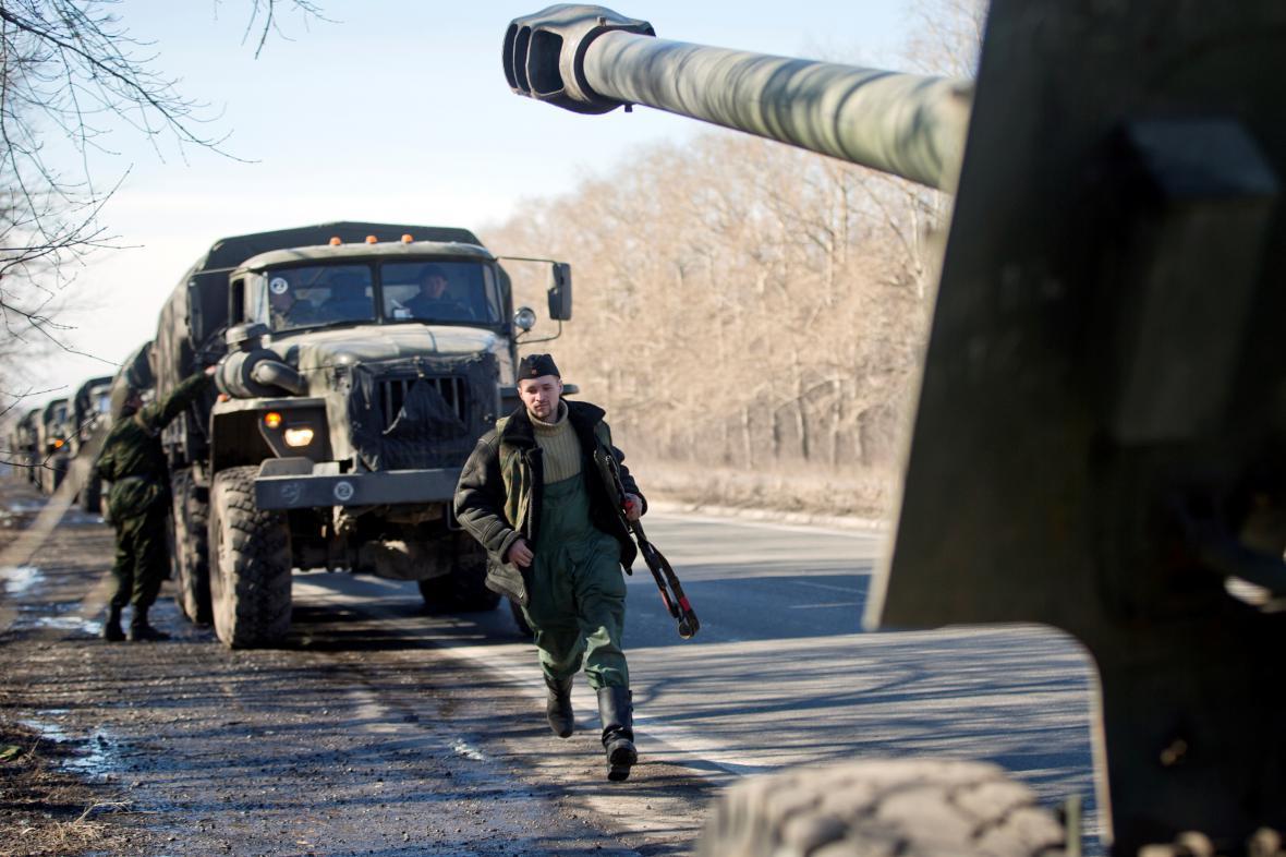 Přesun těžké techniky proruských povstalců z Doněcku