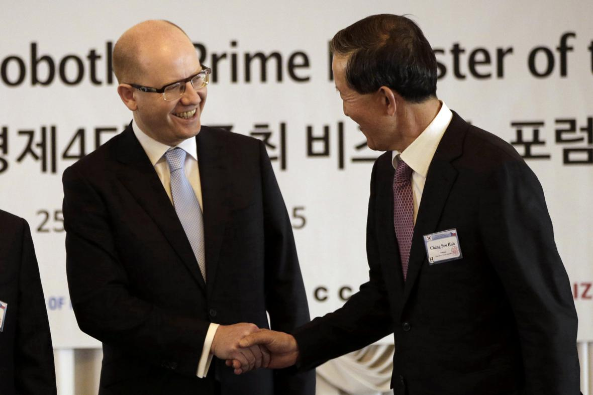 Premiér Bohuslav Sobotka a předseda Federace korejského průmyslu Huh Chang-soo