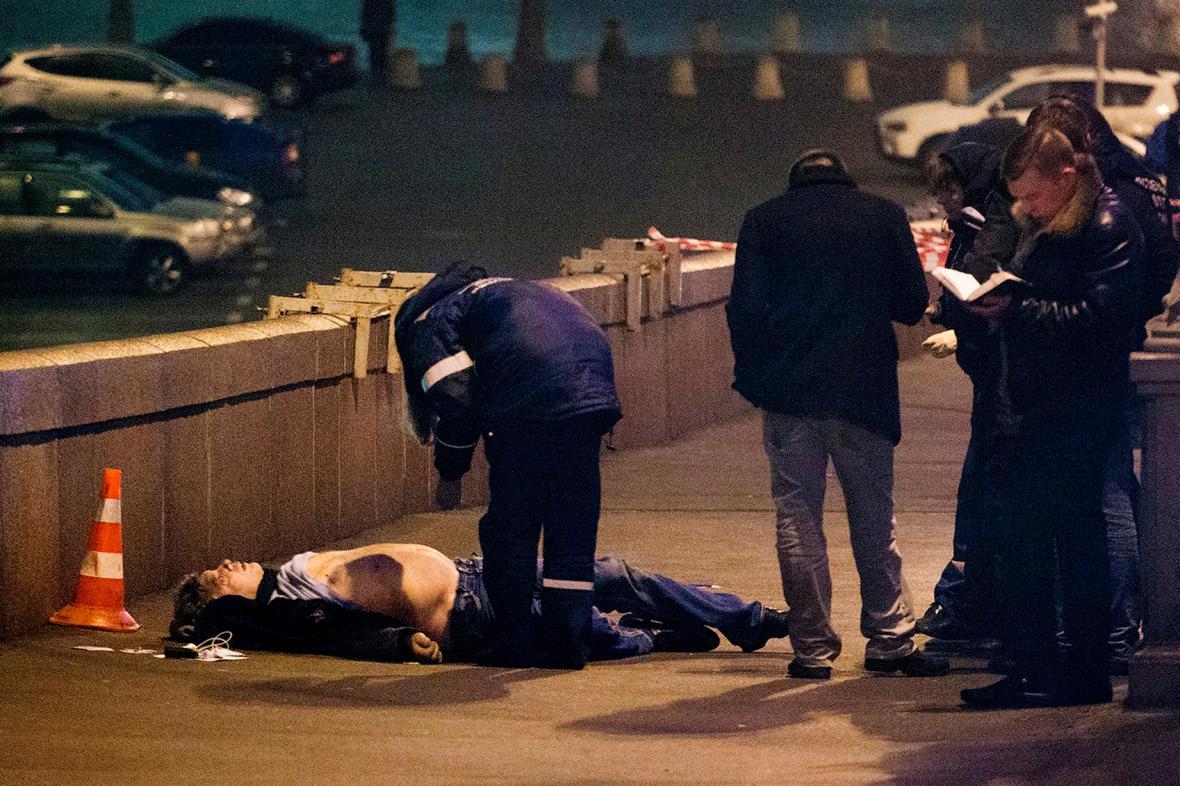 Ruská policie na místě činu při ohledávání těla zastřeleného Němcova