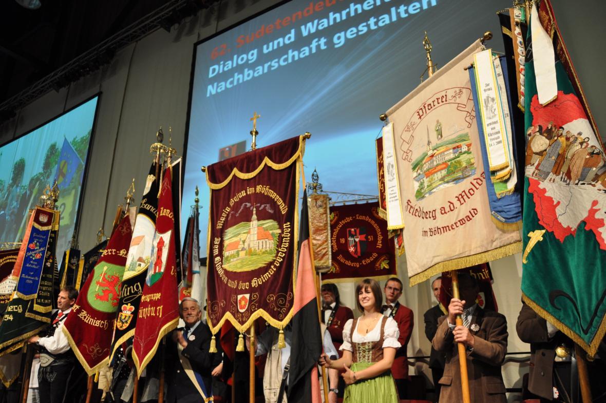 Historické zástavy sudetoněmeckých obcí. Ilustrační foto