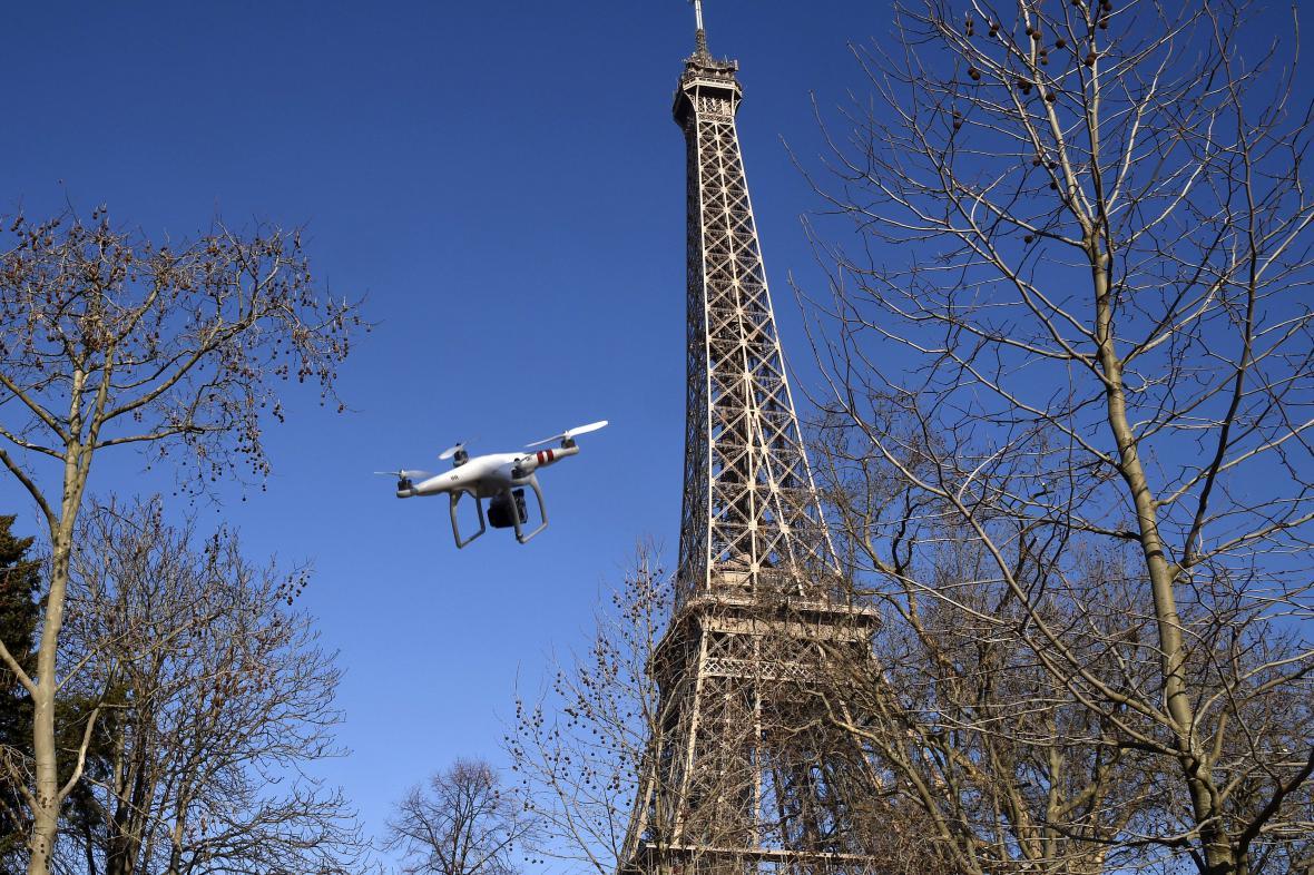 Drony v Paříži