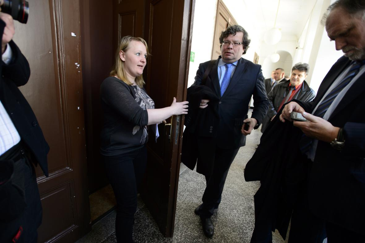 Alexandr Vondra při příchodu k soudu